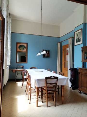The old sewing class has been transformed into dining room, connecting onto the living room with a magnificent view of the back garden.