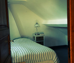 Photo bedroom with dressed bed